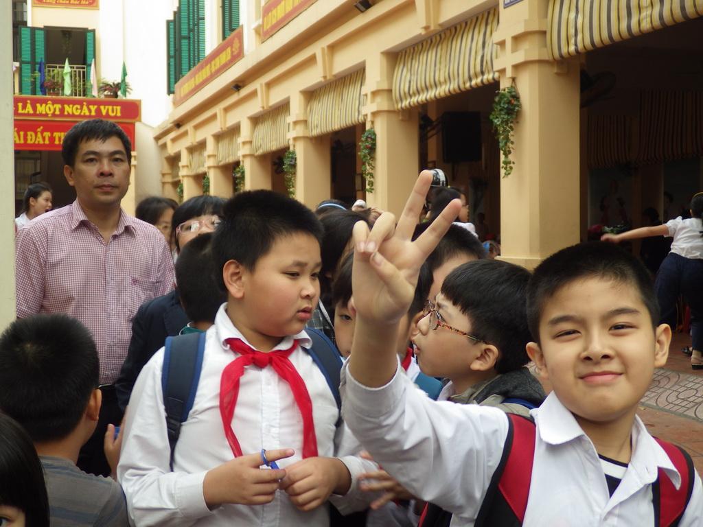 Пионеры выходят из школы