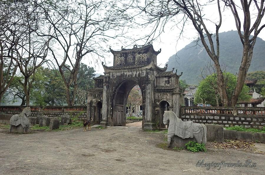 Ворота старого храма