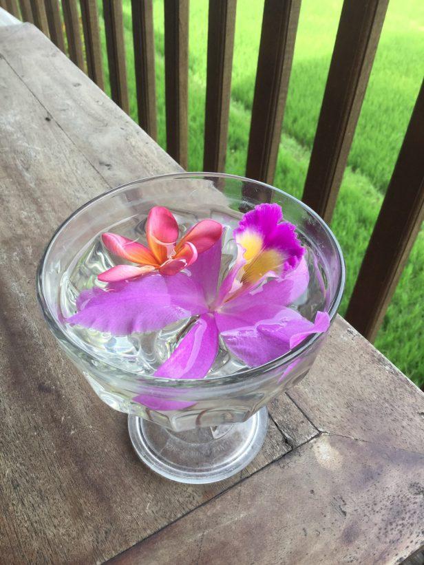 В этот миг я любуюсь цветком в чаше на моём столе.